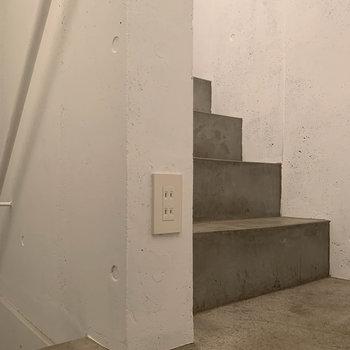 階段途中踊り場にもコンセントがあります。