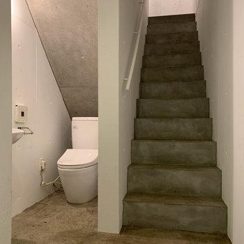 1階部分です。階段下にトイレがあります。