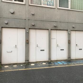 玄関扉もガレージの入り口のようになっています。
