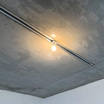 天井にライティングレール。