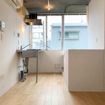 居室の真ん中あたり、右側に階段があります。