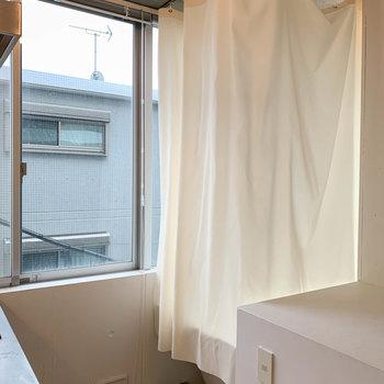 キッチンの後ろになにやらカーテン…