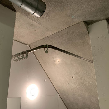 トイレにもカーテンが取り付けられる作りです。