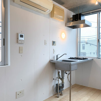 キッチンの左に冷蔵庫置き場。その左にテレビのアンテナがあります。