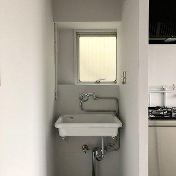 【LDK】キッチンの左側に洗面台が付いています。台上に鏡を置くと良さそうです。