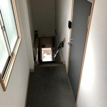 玄関ドアの前はこんな感じです。1フロア1部屋!