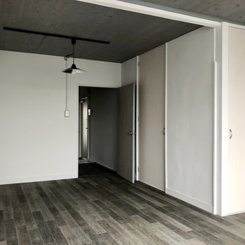【洋室】写真右側に見えている扉は収納。