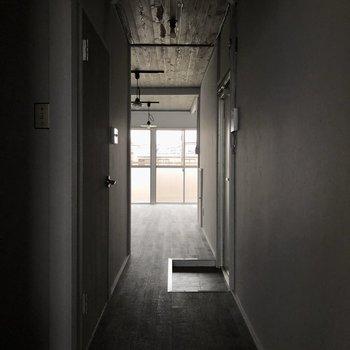 廊下を通って反対側のお部屋へ行きましょう。