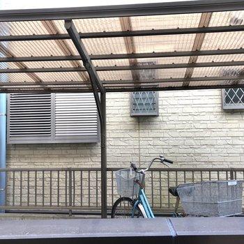 バルコニーからは駐輪スペースが見えました。