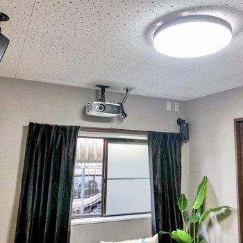 【LDK】天井にはプロジェクターとスピーカーが備え付き。