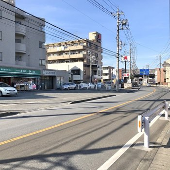 バス停のある通りまで出ると、スーパーや飲食店も。