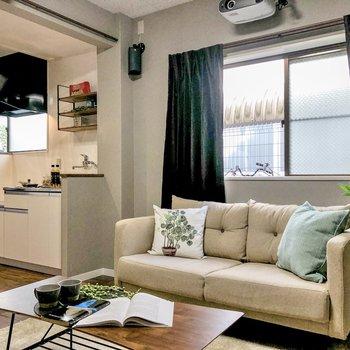 【LDK】モニターとの高さが丁度良いソファ探しが楽しみですね。