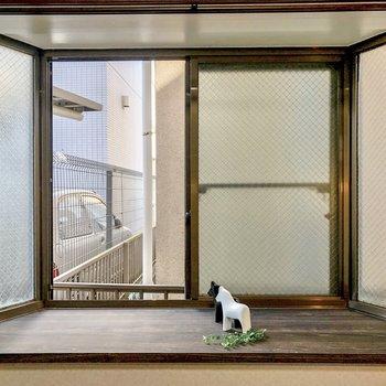【洋室】こちらの窓を開けると隣の建物が見えます。