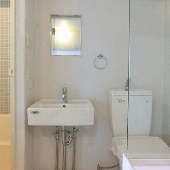 洗面台、コンパクト鏡ですね。(※写真は4階の同間取り別部屋のものです)