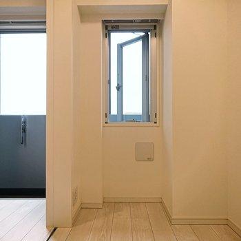【寝室】小窓に合わせるように、小さなデスクなど置きたくなるスペースです。。