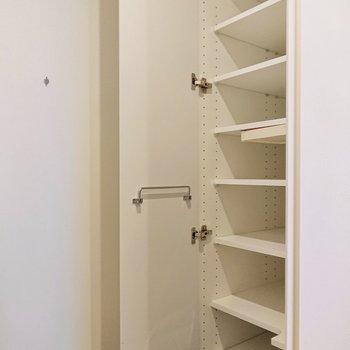傘立てや小物入れも備えた靴棚ですよ。
