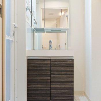 大きめの鏡が付いている洗面台です。