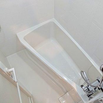 斜めの浴室。しっかり足を伸ばせます。