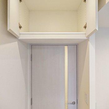 【DK】廊下への扉の上には小さな収納があります。