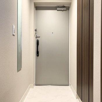 フラットな玄関で掃除も楽々。※写真は8階の同間取り別部屋のものです