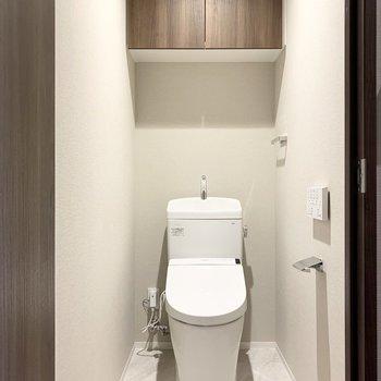 シンプルなトイレです。温水洗浄便座が付いています。※写真は8階の同間取り別部屋のものです