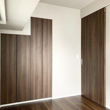 【4.9帖洋室】木目柄の扉がモダンです。※写真は8階の同間取り別部屋のものです