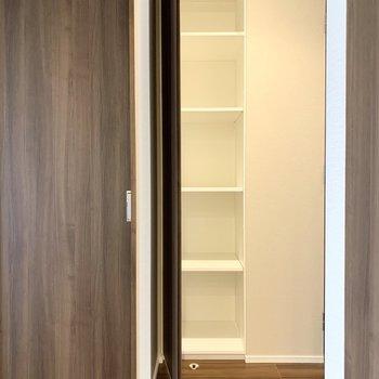 【LDK】こちらには、日用品のストックを入れようかな。※写真は8階の同間取り別部屋のものです