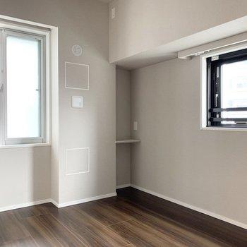 【4.9帖洋室】2面採光で風通し良好です。※写真は8階の同間取り別部屋のものです