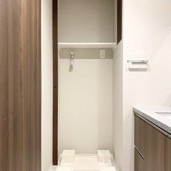 洗面脱衣所に洗濯機置き場がありますよ。※写真は8階の同間取り別部屋のものです