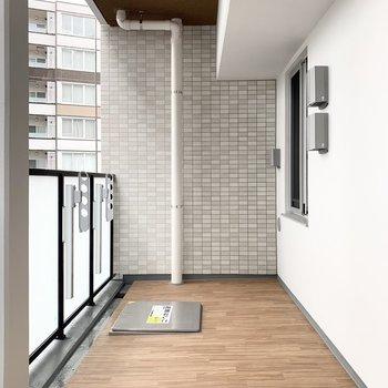 バルコニーは洗濯物を干すだけではもったいない広さ。※写真は8階の同間取り別部屋のものです