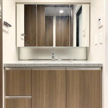 広々とした独立洗面台です。キッチンと同じデザインで統一感があります。※写真は8階の同間取り別部屋のものです