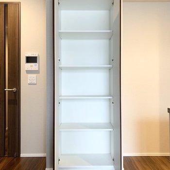 【LDK】食材のストックを入れるのに重宝しそうです。※写真は8階の同間取り別部屋のものです
