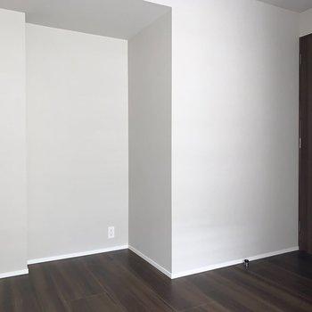 【5.3帖洋室】北向きで光が安定しているので書斎にするのもおすすめです。※写真は8階の同間取り別部屋のものです