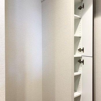 【LDK】キッチン後ろは冷蔵庫置き場です。隣の収納には調味料を。※写真は8階の同間取り別部屋のものです