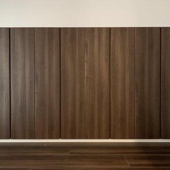 【5.3帖洋室】4つの収納があります。※写真は8階の同間取り別部屋のものです