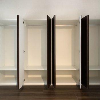 【5.3帖洋室】カテゴリーに分けて収納すると良さそう。※写真は8階の同間取り別部屋のものです