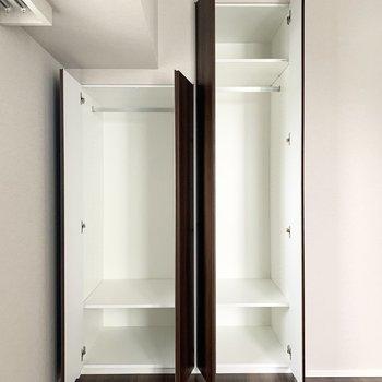 【4.9帖洋室】洋服は掛けて収納できます。※写真は8階の同間取り別部屋のものです