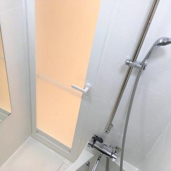お風呂はコンパクト。※写真は3階の同間取り別部屋のものです