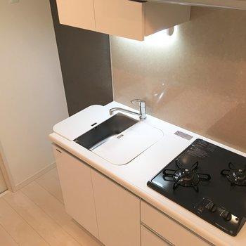 キッチン。調理スペース拡張のトレーがついてます。※写真は3階の同間取り別部屋のものです