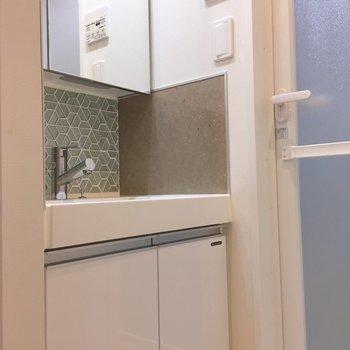 反対側には洗面台。※写真は3階の同間取り別部屋のものです