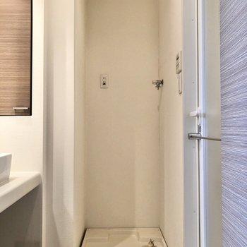 サニタリールームのドアを開けると、洗濯機置場とご対面。