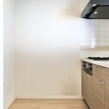 【LDK】キッチンの正面に冷蔵庫やラックなど置けますね。