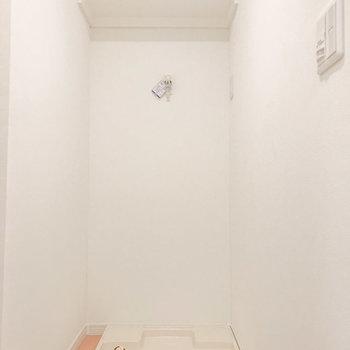玄関横に洗濯機置き場があります