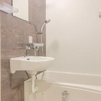 お風呂はコンパクトですが清潔感があります