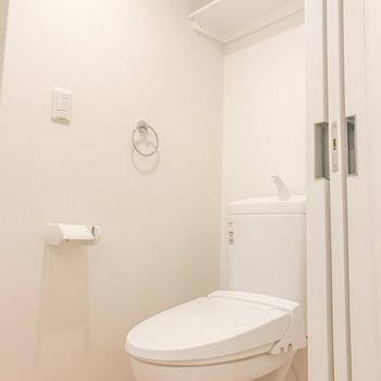 トイレ上部に便利な棚がありました