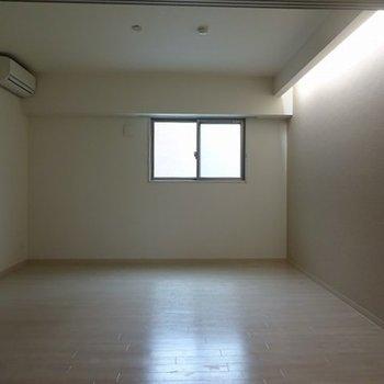 こちら8帖の洋室。ダブルベッドも余裕で入ります(※写真は4階の同間取り別部屋のものです)