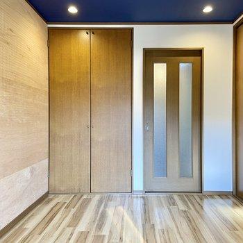 6帖の洋室は有孔ボードの壁がインパクト有り!