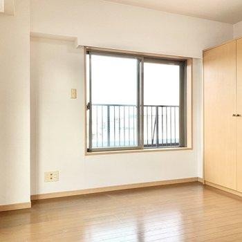 【ルーフバルコニー側洋室】こちらも2面採光で柔らかな光が入り込みます。