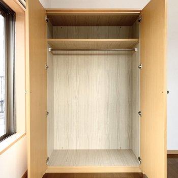 【ルーフバルコニー側洋室】丈の長い洋服も掛けられます。