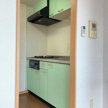 上下に収納しっかりできるキッチンです。